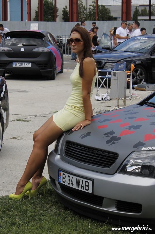 Fata cu fundul pe masina (BWA 2013)