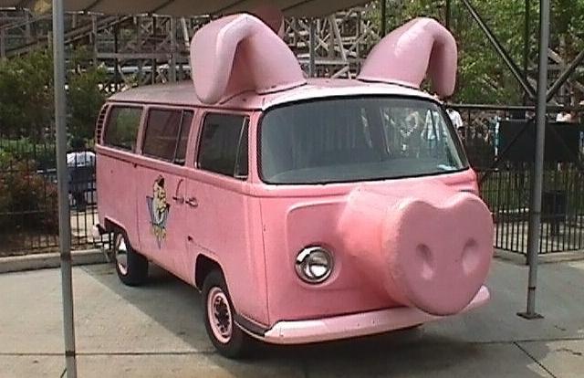 Masina roz in forma de porc