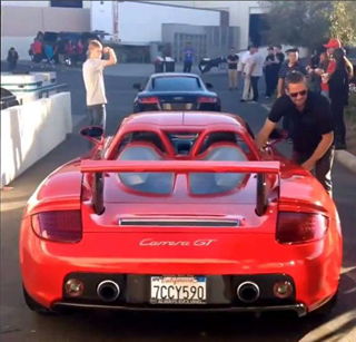 Paul Walker alaturi de un Porsche Carrera GT