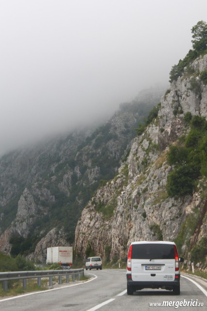 Drum cu ceata pe munte - Muntenegru