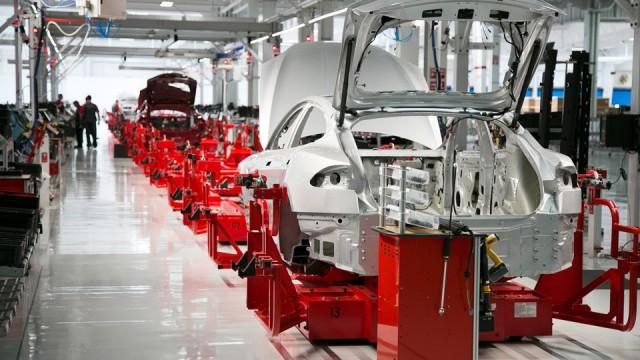 Fabrica Tesla - linie de productie masini electrice
