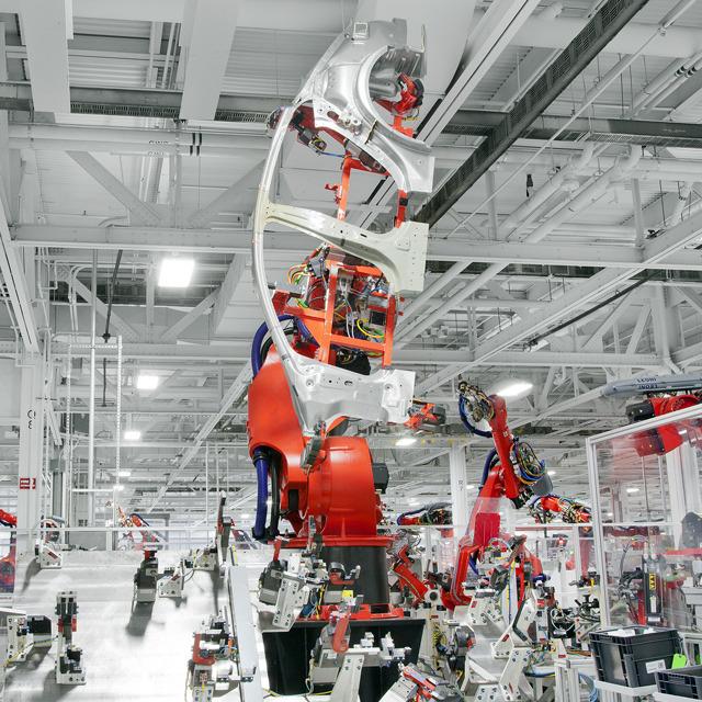 Fabrica Tesla - robot industrial caroserie